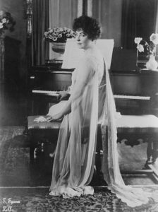 Lois Weber con un piano Fuente: https://en.wikipedia.org/wiki/File:Lois_Weber_at_piano.jpg Licencia: This work is from the George Grantham Bain collection at the Library of Congress. According to the library, there are no known copyright restrictions on the use of this work.