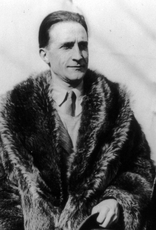Fotografía del artista francés Marcel Duchamp (1887-1968)  Imagen obtenida de https://commons.wikimedia.org/wiki/File:Marcel_Duchamp_01.jpg